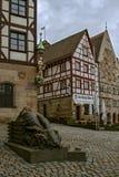 2018年1月07日的纽伦堡德国, 历史的房子和兔子雕塑在纽伦堡的中心 图库摄影