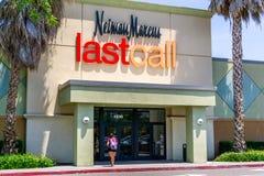2019年6月13日米尔皮塔斯/加州/美国- Neiman马库斯最后呼叫在伟大的购物中心的商店入口在南旧金山湾区 库存照片