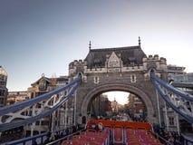 2017年12月28日,伦敦,英国-塔桥梁,横渡接近伦敦塔的泰晤士河 免版税库存图片