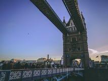 2017年12月28日,伦敦,英国-塔桥梁,横渡接近伦敦塔的泰晤士河 库存照片