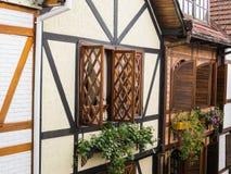 2015年1月15日,坎波斯在Capivari,典型的半木料半灰泥的大厦做Jordão, São保罗,巴西,大道窗口 库存照片