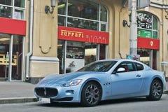 2015年10月8日,基辅,乌克兰;在法拉利经销权附近的玛莎拉蒂GranTurismo 意大利Supercar 免版税库存照片