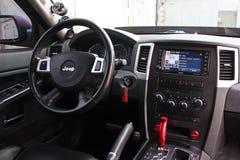 2012年9月4日,基辅 吉普盛大车落基印第安人的SRT8 汽车内部豪华服务 汽车内部细节 库存图片