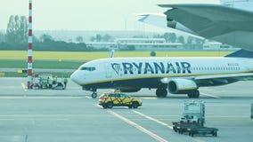 2019年4月30日,布拉格,捷克:瓦茨拉夫・哈维尔机场-瑞安航空公司航空公司-飞机做轮回旋并且继续移动 影视素材