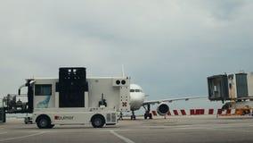 2019年4月30日,布拉格,捷克:瓦茨拉夫・哈维尔机场-飞机准备好上的乘客 卡车通过 影视素材