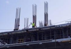 2017年8月05日,朗芒芽地,菲律宾:高现代大厦建造场所在晴朗的天空背景的 免版税库存照片