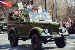 2017年5月9日,涅夫斯基远景,圣彼德堡,俄罗斯 假日在城市的街道可以9,一辆军车乘坐在期间 库存照片