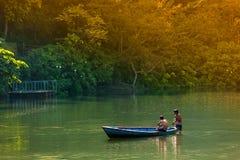 2013年11月22日,男孩在Phewa湖沐浴在博克拉 免版税图库摄影