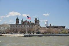 2017年5月15日,纽约港口,埃利斯岛 埃利斯岛著名移民登入点在纽约港口在被看见 免版税库存图片