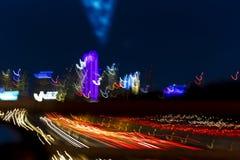 2018年3月5日,达拉斯地平线得克萨斯和汤姆兰德里高速公路,与在跨境30的斑纹的光 夜,速度 库存图片