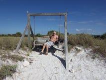 2015年3月10日,迈阿密佛罗里达:游人在海滩被安置的摇摆张贴 象这样的摇摆吸引游人 免版税图库摄影