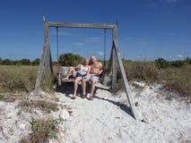2015年3月10日,迈阿密佛罗里达:游人在海滩被安置的摇摆张贴 象这样的摇摆吸引游人 库存图片
