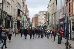2018年2月18日,都伯林爱尔兰:一群大人的社论照片步行沿着向下St St贵妇人贵妇人的是 图库摄影