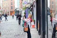 2018年2月18日,都伯林爱尔兰:为旅游胜地照相的社论的照片妇女的在都伯林 都伯林 图库摄影
