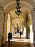 2017年12月22日,里斯本,葡萄牙-走在商务的拱道的人们摆正 库存图片