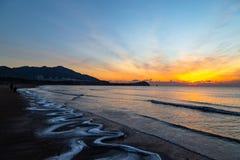 2018年1月24日,青岛,山东 在Shilaoren海滩的日出 免版税库存图片