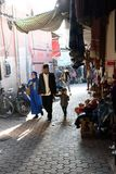 2017年12月13日,麦地那,菲斯,摩洛哥 漫步通过麦地那的巷道的家庭在菲斯 免版税库存图片