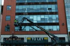 2018年1月29日,黄柏,爱尔兰-做高层窗户清洁的人在布莱克浦零售公园工作 免版税库存照片