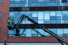 2018年1月29日,黄柏,爱尔兰-做高层窗户清洁的人在布莱克浦零售公园工作 库存图片