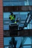 2018年1月29日,黄柏,爱尔兰-做高层窗户清洁的人在布莱克浦零售公园工作 免版税库存图片