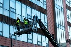2018年1月29日,黄柏,爱尔兰-做高层窗户清洁的人在布莱克浦零售公园工作 库存照片