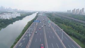 2018年9月25日, 中国,苏州市 在公路交通的空中寄生虫飞行 两层的公路交叉点 顶视图 4K 股票视频