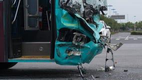 2018年8月16日, 苏州市,中国 事故在反射性公路安全三角背心警告附近的被中断的汽车司机重点 crasshed的乘客公共汽车 库存图片