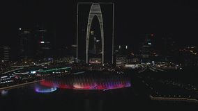 2018年10月13日, 苏州市,中国 五颜六色的音乐喷泉空中寄生虫视图在晚上 影视素材