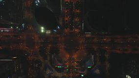 2018年10月10日, 苏州市,中国 空中夜在大交叉路的城市道路交通寄生虫顶视图  汽车和 股票视频