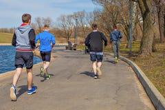 2018年4月19日, -莫斯科市公园 跑在运动服的一个小组青年人 免版税库存照片