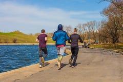 2018年4月19日, -莫斯科市公园 跑在运动服的一个小组青年人 免版税库存图片