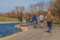 2018年4月19日, -莫斯科市公园 跑在运动服的一个小组青年人 库存图片