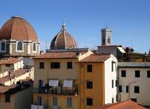 2017年8月22日:圣洛伦佐教会圆顶有大教堂圣玛丽亚del菲奥雷和Giotto ` s圆顶的钟楼 库存图片