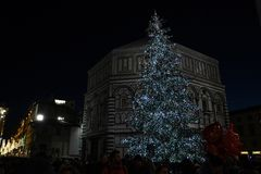 2017年12月9日:圣诞节在佛罗伦萨,圣诞树在Piazza del Duomo在佛罗伦萨 免版税库存照片