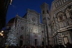 2017年12月9日:圣诞节在佛罗伦萨,圣诞树在Piazza del Duomo在有大教堂的佛罗伦萨背景的 免版税库存图片