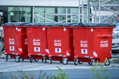 2018年2月18日:在Cultu的红色和现代废物/垃圾容器 免版税库存图片