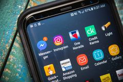 2017年7月1日:拉斯维加斯,NV:Instagram应用程序在三星星系S8的象陈列加上电话 关闭选择聚焦 免版税库存照片