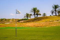 2018年2月26日:白色高尔夫球旗杆在高尔夫球场, Saadiyat Isla 免版税图库摄影