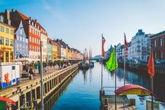 2019年2月18日 丹麦哥本哈根 中央街道是地标,河Nyuhavn Novaya港口的堤防  库存照片