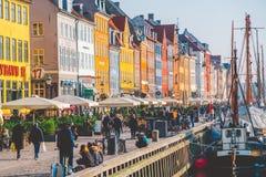 2019年2月18日 丹麦哥本哈根 中央街道是地标,河Nyuhavn Novaya港口的堤防  免版税库存图片