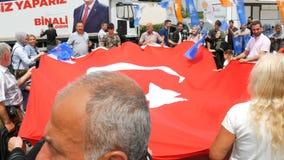 2019年6月12日-伊斯坦布尔,土耳其:土耳其人民拿着土耳其的国旗并且在竞选时跳舞 股票视频