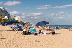 2018年1月13日 佛罗里达Fort Lauderdale 人们是有趣的在Las Ola海滩 免版税库存照片