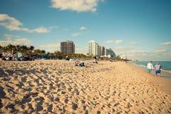 2018年1月13日 佛罗里达Fort Lauderdale 人们是有趣的在Las Ola海滩 库存图片