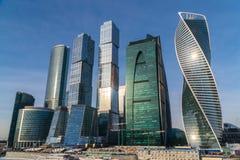 2018年1月25日 俄国 莫斯科 早晨 莫斯科市在冰川覆盖的莫斯科河的背景的商业中心 免版税库存图片