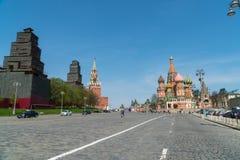 2018年5月4日 俄国 莫斯科 Vasilevsky下降正方形 圣蓬蒿` s大教堂看法和Spasskaya耸立 免版税库存图片