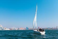 2017年5月15日-俄罗斯,符拉迪沃斯托克:游艇的赛船会 免版税库存照片