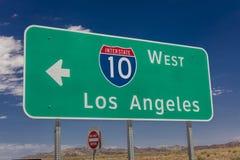 2017年8月23日-到/从菲尼斯的跨境10个高速公路标志和洛杉矶, 洛杉矶,方向 库存图片