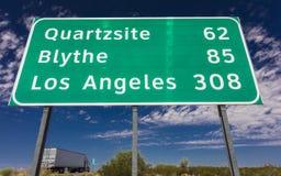 2017年8月23日-半卡车乘坐在州际公路标志下到/从菲尼斯和Los 布莱思,洛杉矶 图库摄影