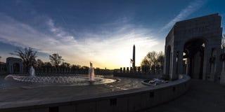 2018年4月10日-华盛顿D C - 喷泉和二战纪念品在日出,华盛顿D 购物中心, wwii 库存图片