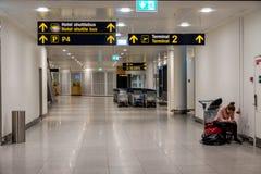 2019年2月18日 卡斯特鲁普机场在丹麦,哥本哈根 题材运输和建筑学 离开的夜空空 免版税库存照片